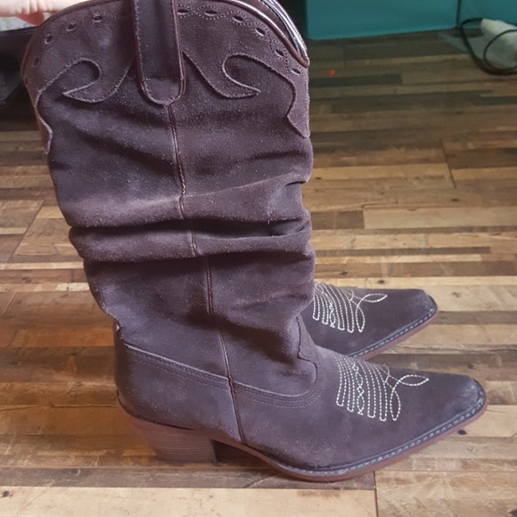 63ad5e8f879 Brown Suede Steve Madden cowboy boots!